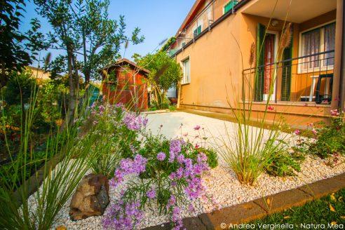 Aiuole, prato e patio fiorito